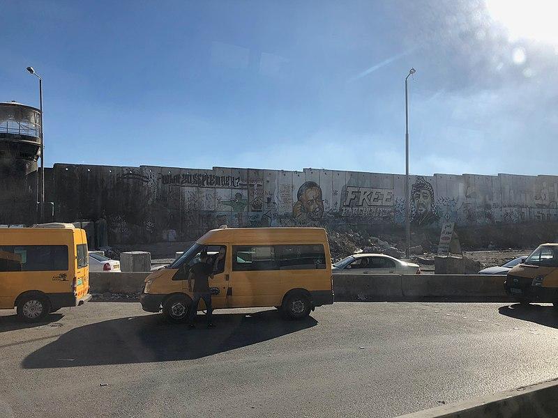 גדר ההפרדה ליד מחסום קלנדיה, הגדה המערבית. צילום: Wikimedia Commons