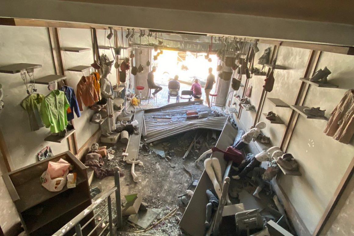 """בתמונה: חנות """"לבנדר"""" אחרי ההפצצה של מגדל אל-שורוק. צילום: מוחמד עזאיזה"""