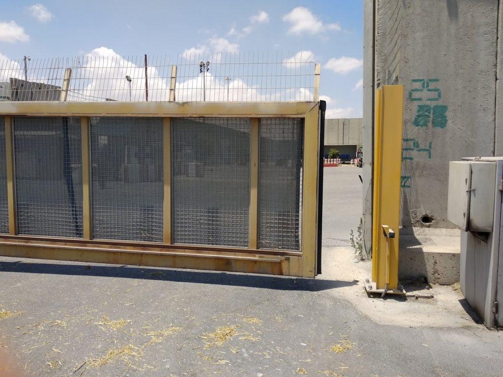 שער במעבר כרם שלום. צילום: גישה