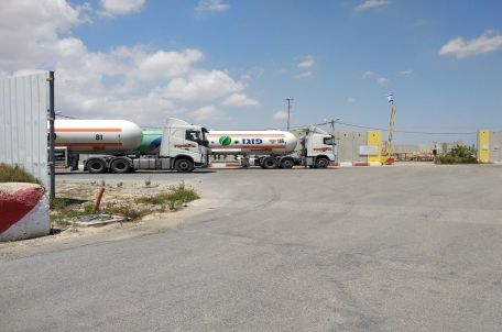 Gas tankers on the Israeli side of Kerem Shalom Crossing, June 2018. Photo by Gisha.