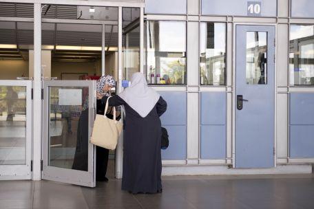 ישראל אוסרת על פלסטינים מעזה להעביר מזון טואלטיקה ומכשירים אלקטרוניים במעבר ארז