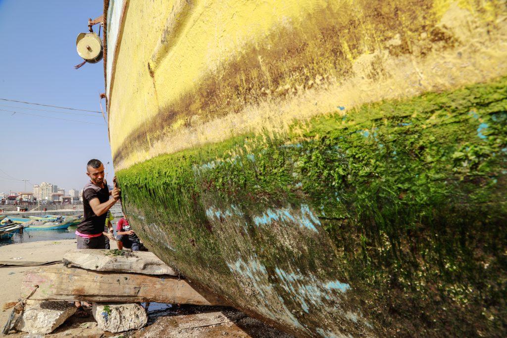תחזוקת סירות בנמל עזה. צילום: אסמאא ח'אלידי
