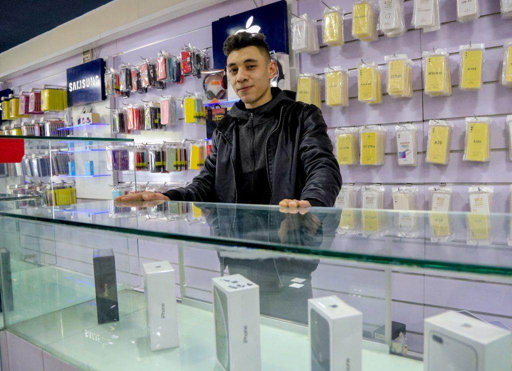 חנות לממכר טלפונים סלולריים בעזה. צילום: אסמאא ח'אלידי