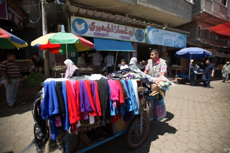אסורים בכניסה. מוכר בגדים בעזה. צילום: אימאן מוחמד