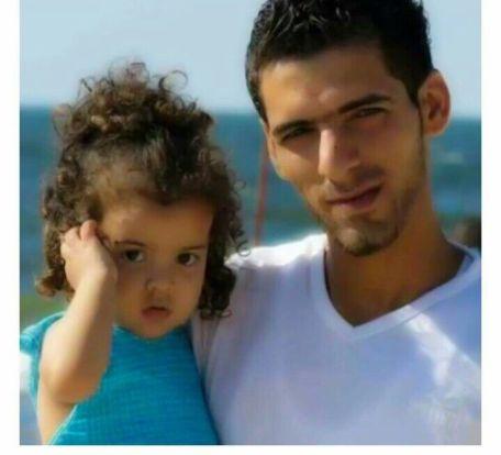 הדייג מוחמד בכר עם בתו. דייגי עזה הכריזו על שביתה של יומיים לזכרו