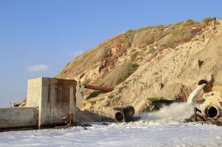 הזרמת שפכים לים בעזה, 2019. צילום: אסמאא ח'אלידי