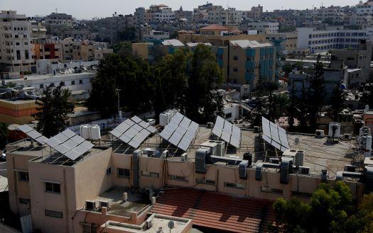 מתקנים סולאריים ביתיים על גג בעזה