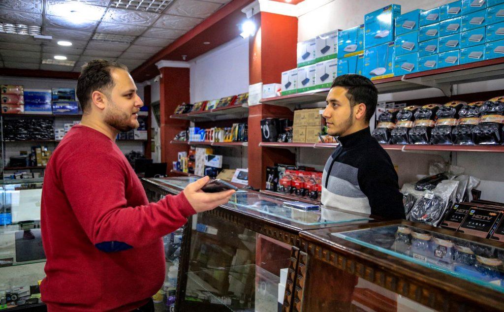 מוחמד תוופיק (משמאל), בן 26, סטודנט לתואר במדעי המחשב. צילום: אסמאא ח'אלידי