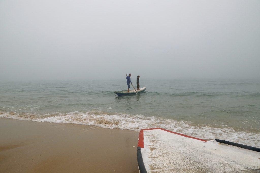 מוהנד ומוחמד בתוך הים בעזה. צילום: אסמאא ח'אלידי