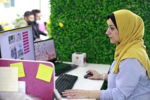 תוך כדי עבודה במשרד. צילום: אסמאא ח'אלידי